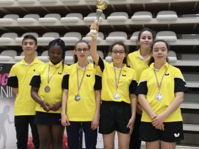 Lena, Maxime et l'équipe des minimes filles